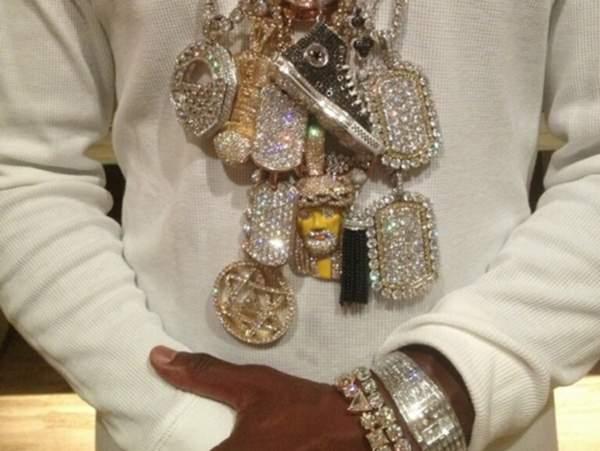 Floyd Mayweather peacocks million dollar jewelry collection on Instagram
